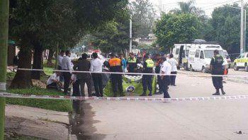 El chico iba de acompañante en una moto. El conductor, de 14, fue herido.
