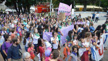 {alttext(Una multitud de mujeres se manifestó en San Martín de los Andes.,Cómo se vivió el #8M en el interior neuquino)}