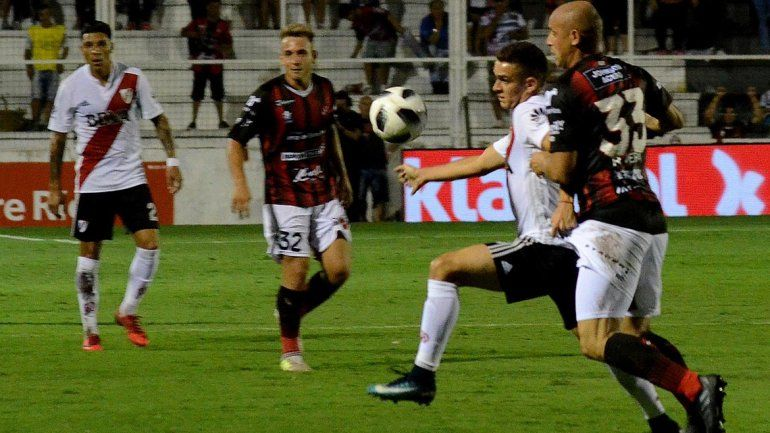 Con un gol en contra y sobre la hora, River ganó en Paraná