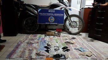 La Policía Federal secuestró cocaína, marihuana y casi 100 mil pesos.