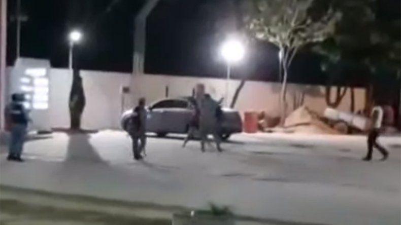 Filman a un concejal pegándole con un palo a una mujer