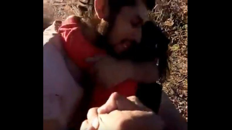El desgarrador llanto de un padre y su hija al ser rescatados tras 43 horas perdidos
