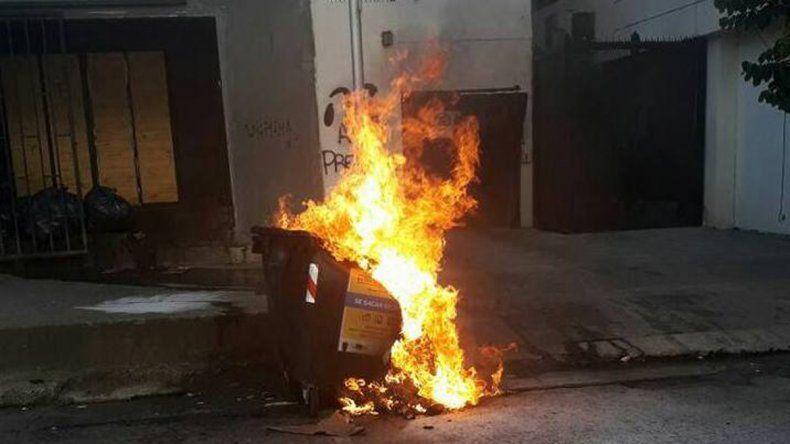 Vándalos volvieron a incendiar un contenedor... una vez más