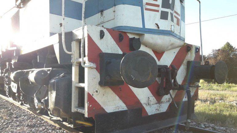 Se salvó de milagro: escuchaba música sentada en las vías y no vio que venía el tren