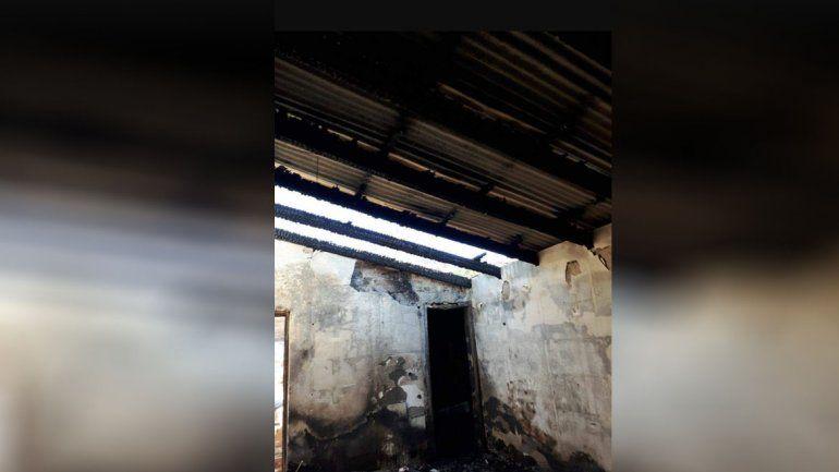 Tras el violento robo a un kiosquero, vecinos quemaron la casa donde vivía el ladrón