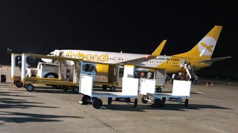 Al avión de Flybondi se le cayó parte del motor y los pasajeros terminaron a las piñas