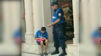 Policía ayudó a estudiar a un nene en la calle y se viralizó