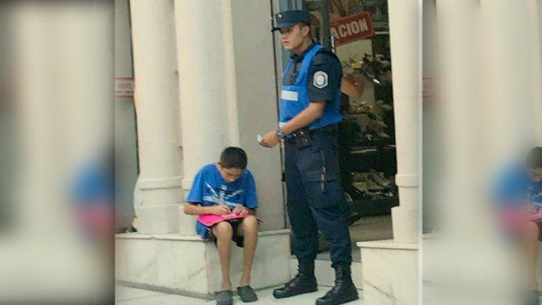 Un policía le ayudó a estudiar a un nene en la calle y se viralizó