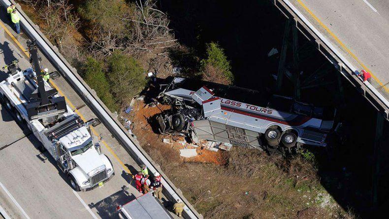 La persona que falleció fue el chofer del micro. Todavía no está claro en qué circunstancias se produjo este accidente que pudo ser una gran tragedia.