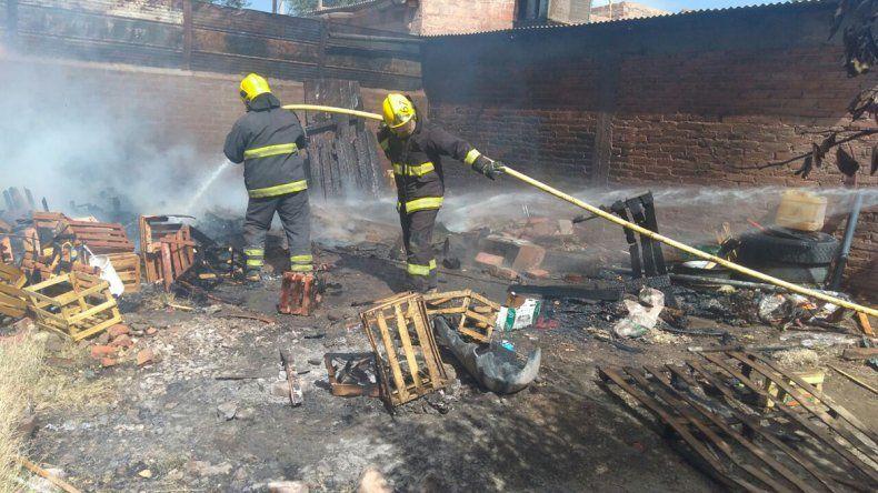 Un incendio destruyó parte de una verdulería en Rincón de los Sauces