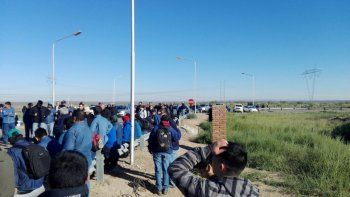 obreros de la piap cortan ingreso a la planta por falta de pago