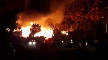 espectacular incendio de dos viviendas en anelo