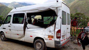 Una roca se desprendió de la corteza montañosa, cayó del cerro en Pacaymayo y se incrustó en el automóvil.