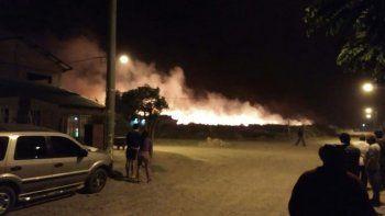 susto por un incendio que se genero cerca de una escuela