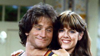 Pam Dawber y Robin Williams en la célebre serie Mork y Mindy.