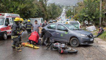 tres heridos por el choque entre un taxi y una moto en la cordillera