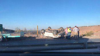 Trasladaba una camioneta y se le cayó en plena Ruta 7
