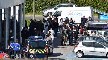 un soldado del ei asesino a tres rehenes en francia