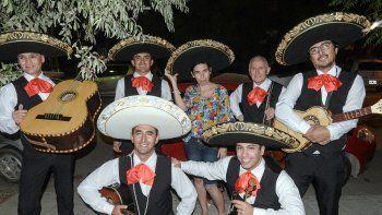 En pleno cumpleaños la sorprendieron con una serenata de mariachis