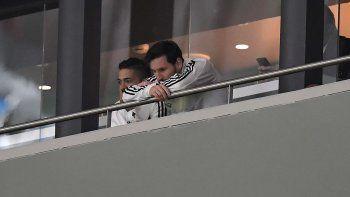 Messi no soportó el resultado y se fue del palco