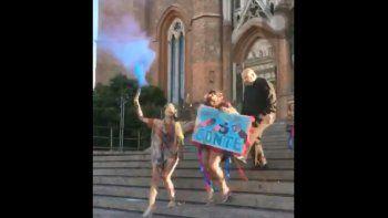 Cura pateó a una egresada que festejaba en la catedral