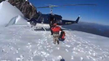 Rescataron a turistas neuquinos que cayeron a una grieta