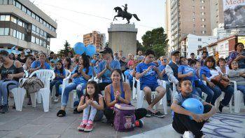 Una marea azul colmó el Monumento por el autismo