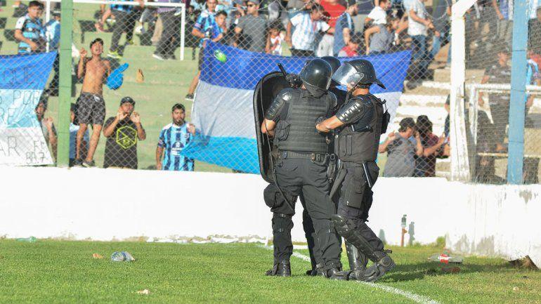La policía debió interceder para disuadir a los hinchas de Centenario.