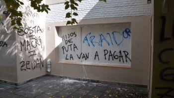 El frente de la casa del interventor Omar Zeidán fue vandalizado.
