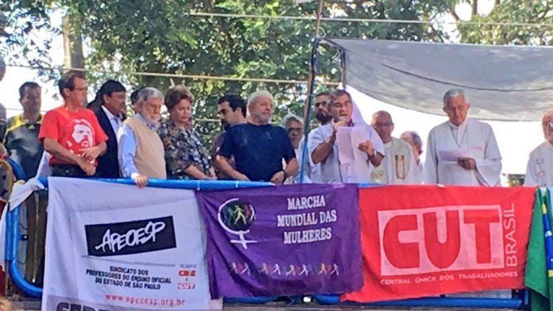 Lula participa de una misa en honor a su esposa y luego podría entregarse