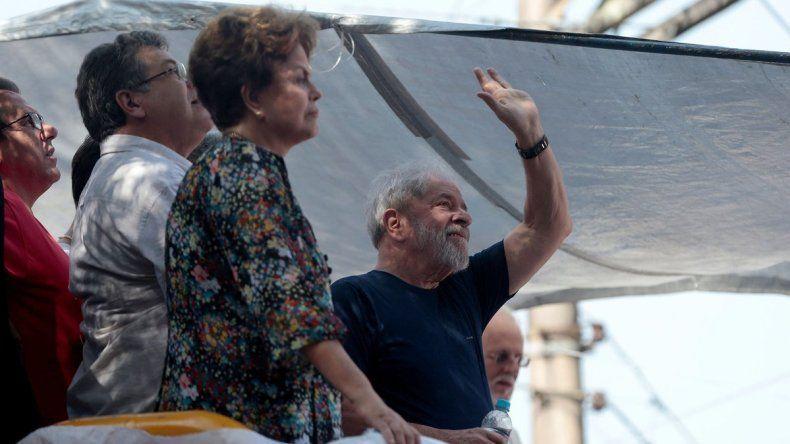 Tras la prisión, Lula sigue liderando carrera presidencial