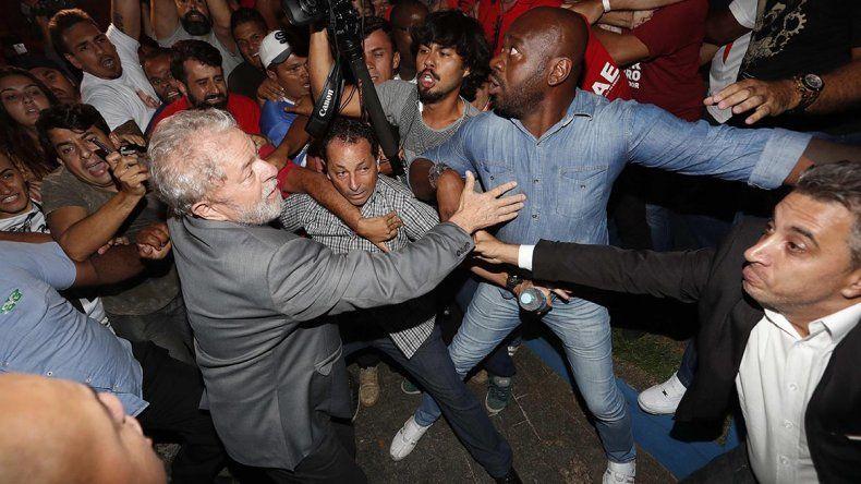 Tensión en Brasil: se entregó Lula y lo trasladan a la cárcel