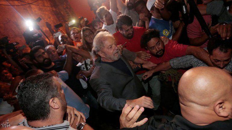 Luego de una tensa y larga jornada, se entregó Lula