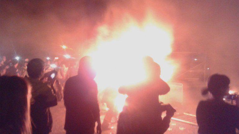 Graves incidentes: Pity Álvarez salió a tocar siete horas tarde y el público incendió el estadio