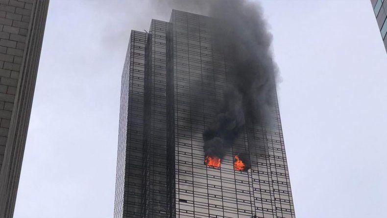 Un muerto y cuatro bomberos heridos por un incendio en la Torre Trump