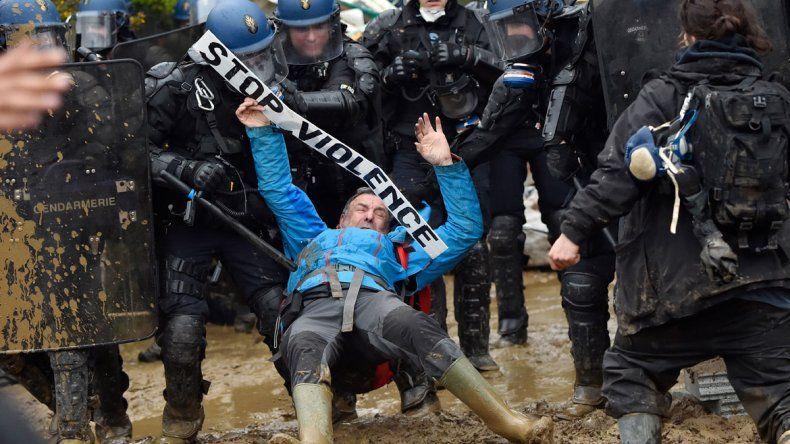 La fuerza de seguridad lanzó gases lacrimógenos y tuvo cero tolerancia con los ecologistas