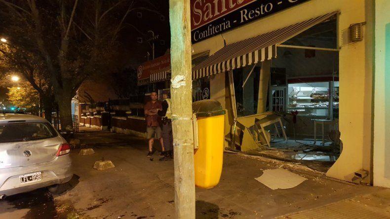 Borracho, chocó a tres autos estacionados, intentó huir y se metió en una panadería
