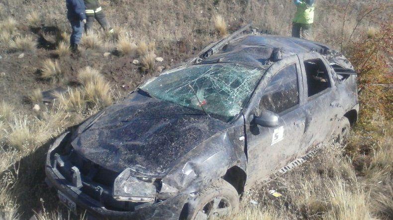 Ruta 23: por el barro en la calzada, perdió el control y volcó