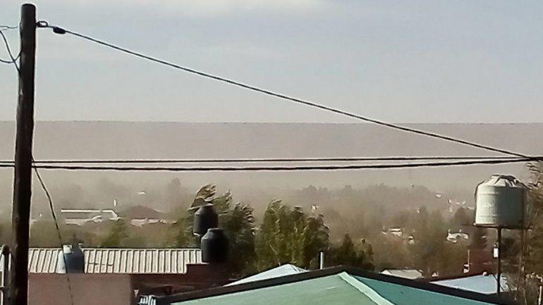 Por el viento volaron techos y suspendieron las clases en Rincón