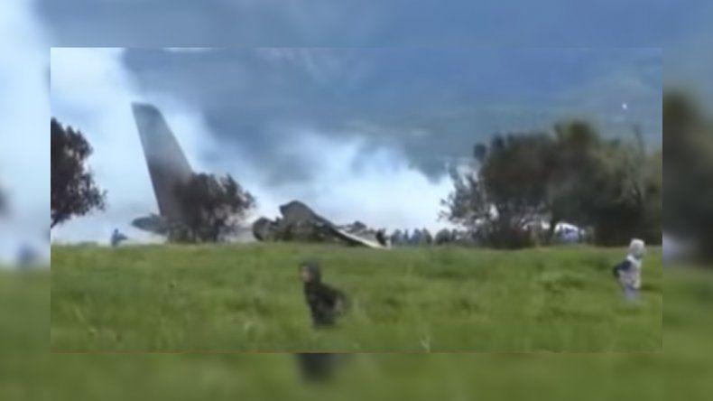 Más de 250 muertos al caerse un avión militar argelino