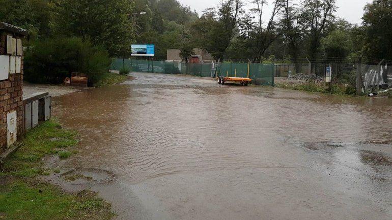 Vecinos de Villa La Angostura circulan en kayak por las inundaciones