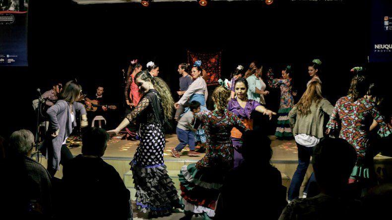Los bailarines locales comparten sus danzas