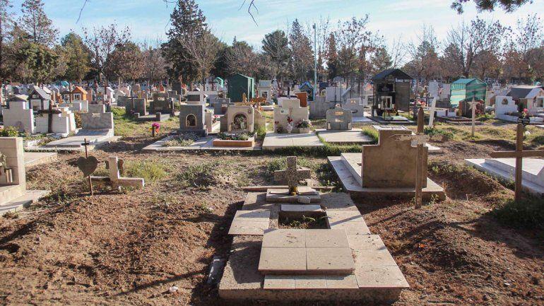 Suspendieron 20 días al municipal que canjeaba nichos en el cementerio por costillares