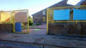 Padres y alumnos tomaron el CPEM de El Huecú por falta de porteros