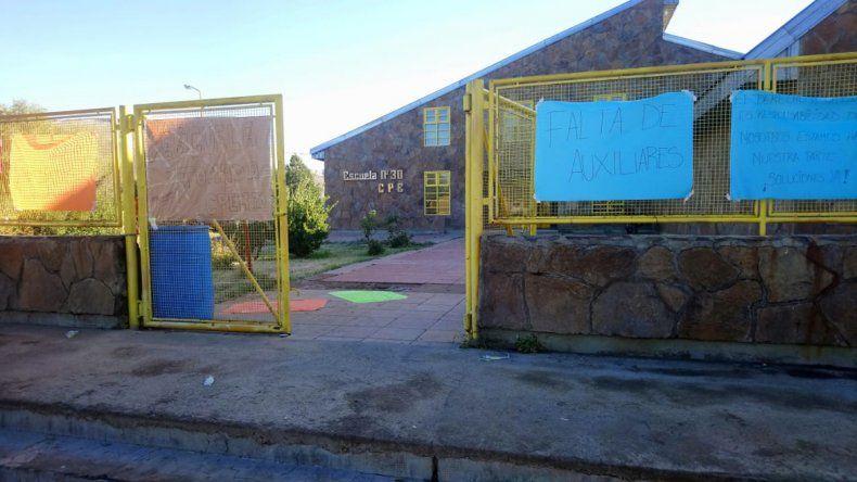 Padres y alumnos tomaron el CPEM de El Huecú