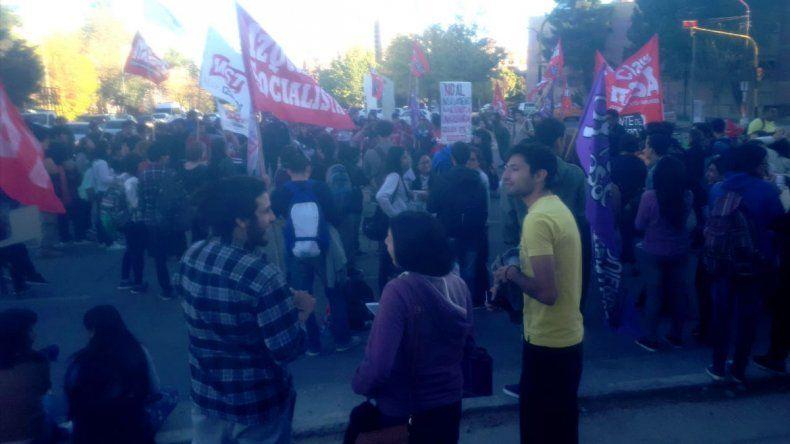 Estudiantes de la UNCo cortaron la calle en rechazo a la acreditación a Coneau