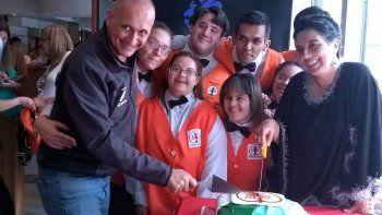 Durante la inauguración del Albergo Ético Argentina hubo mucha emoción. Los jóvenes empleados son mayores de 18 años.