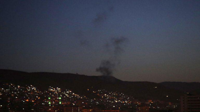 <div>Una columna de humo, sobre instalaciones militares del régimen sirio en Damasco.</div>