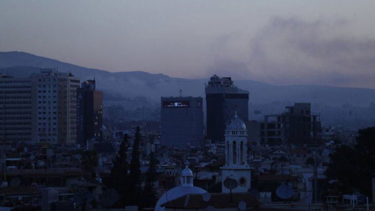 Columnas de humo salen de varios edificios tras los bombardeos.