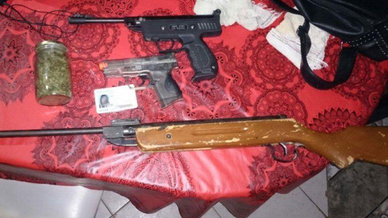 Buscaban a ladrones y encontraron armas y droga